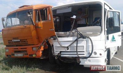 «КамАЗ» протаранил автобус с дачниками и детьми