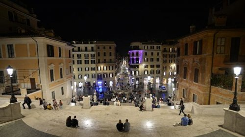 """В Риме туристам запретили гулять с голым торсом и вешать """"любовные замки"""""""
