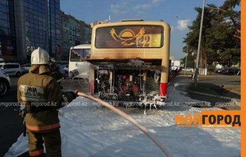Автобус с пассажирами загорелся в Уральске
