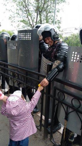 """Боец из облетевшего Казнет фото: """"Понял в тот момент, что люди доверяют войскам"""""""