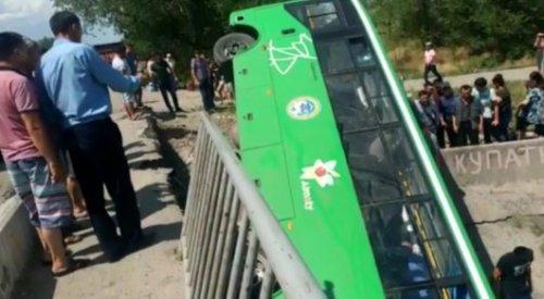 Автобус с пассажирами перевернулся под Алматы