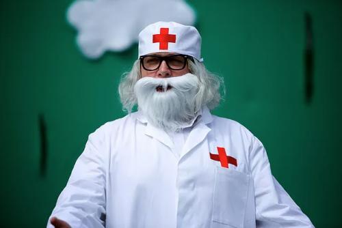 В Эстонии театру пригрозили штрафом за красный крест у доктора Айболита