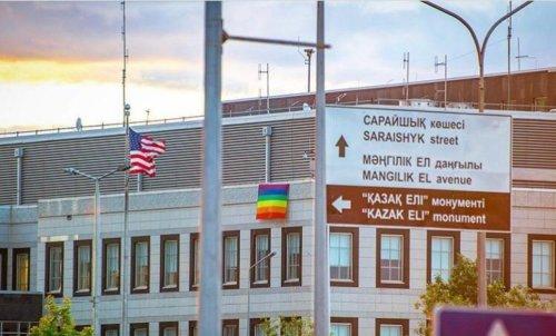 На здании посольства США в Нур-Султане появился «радужный» флаг ЛГБТ