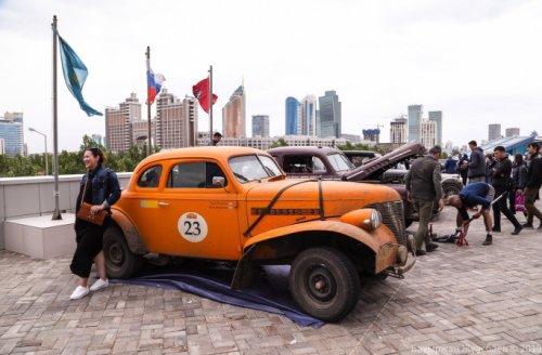 С чем участники ретроралли «Пекин-Париж» сравнили казахстанские дороги
