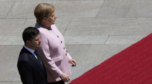 Ангелу Меркель начало трясти на встрече с президентом Украины