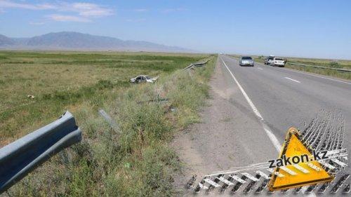 Mercedes вылетел с дороги на трассе Алматы - Бишкек, погиб человек