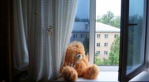 Из окна квартиры восьмого этажа в Шымкенте выпал трехлетний ребенок