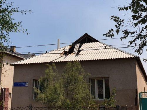 Выбитые окна и разрушенные крыши. Последствия взрывов в Арыси