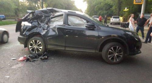 Мотоциклист перелетел через крышу авто после столкновения в Алматы