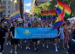 Геи из Казахстана возглавили колонну на параде в Нью-Йорке
