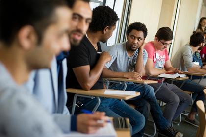 В Германии мигрантов решили обучать сексу с немками на примере чаепития