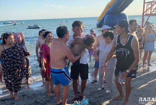 Отдыхавший на пляже Актау врач спас шестилетнюю девочку от утопления
