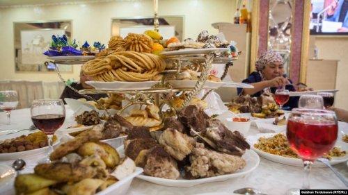 Около ста человек отравились на свадьбе в Кыргызстане