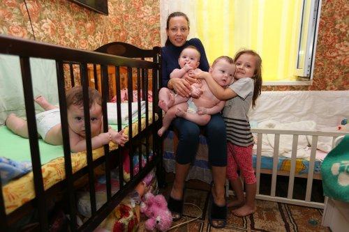 Родители тройни не дождались обещанной квартиры от актюбинских чиновников