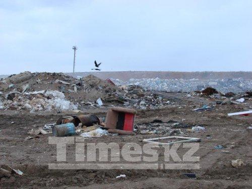 Шестой день в Актобе горит мусорный полигон