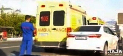 ДТП в центре Актау: Две кареты «скорой» и две легковушки стали участниками аварии