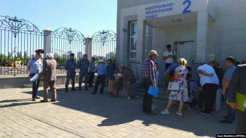 Несогласные с судебными решениями пришли к канцелярии Назарбаева