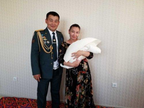 Военный, вернувший утерянное портмоне с 5 млн тенге, выиграл квартиру в Нур-Султане