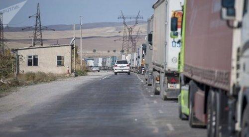 Фуры выстроились в километровую пробку на казахстано-кыргызской границе