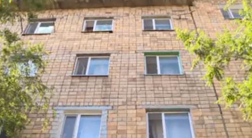 У семьи из Караганды, в которой выпал из окна ребенок, забрали детей