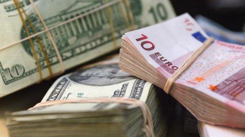 Курсы валют: доллар и евро немного подешевели, рубль дорожает
