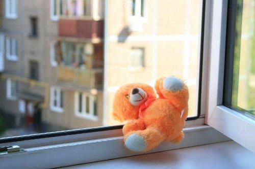 В Усть-Каменогорске ребенок выпал из окна оставшись без присмотра