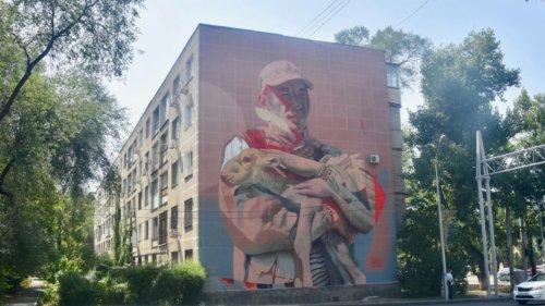 Обсуждаемая роспись фасада завершена в Алматы