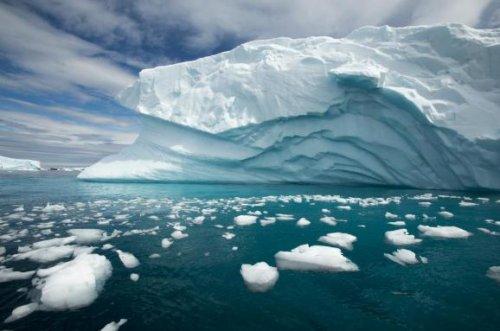 Климатологи предложили сбросить на ледники Западной Антарктиды 74 трлн т искусственного снега
