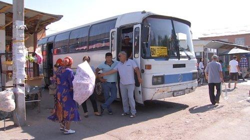 Женщина выпала из автобуса в Алматы и скончалась