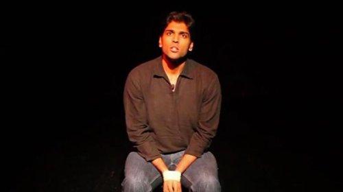 В Дубае стендап-комик умер на сцене во время выступления