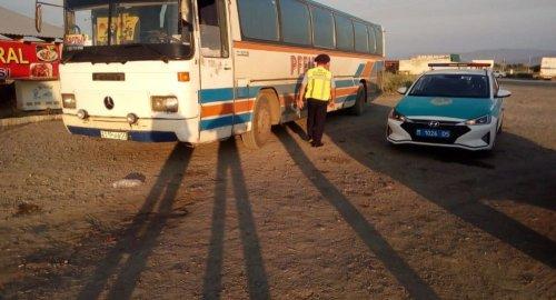 В сильную жару автобус с 52 пассажирами сломался на трассе в Казахстане
