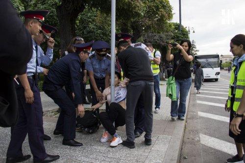 В Алматы полицейских будут учить разговаривать с митингующими
