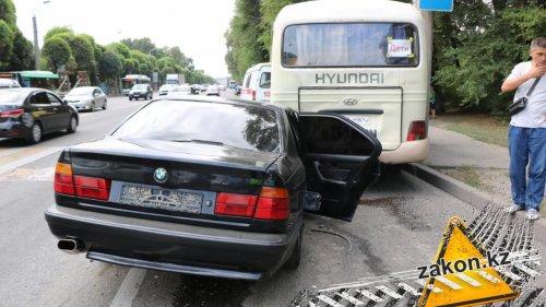 В Алматы автобус с детьми попал в ДТП, есть пострадавшие
