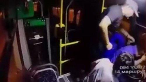В Алматы двое мужчин избили водителя автобуса и угрожали ему ножом
