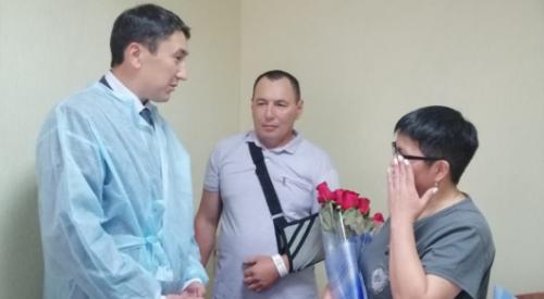 Раненого инспектора наградили в больничной палате