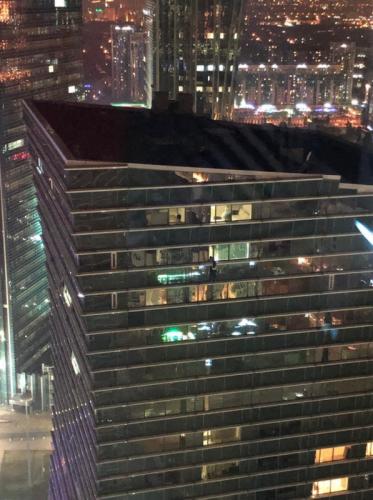В Нур-Султане девушка хотела напугать супруга и повисла на 32-м этаже  небоскреба