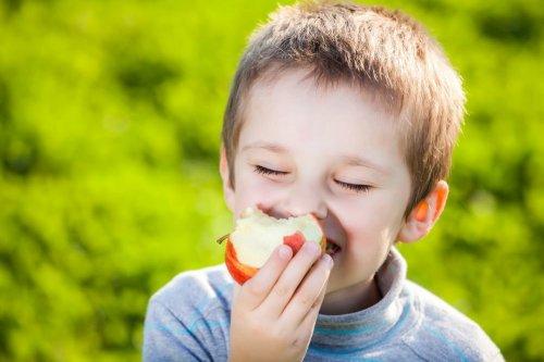 Большинство людей неправильно едят яблоки.  Ученые нашли правильный способ
