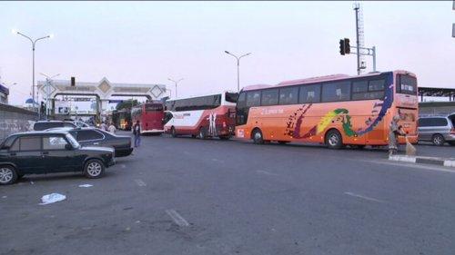 «По 4-5 часов стоим на жаре»: На границе Казахстана с Узбекистаном пробка из автобусов