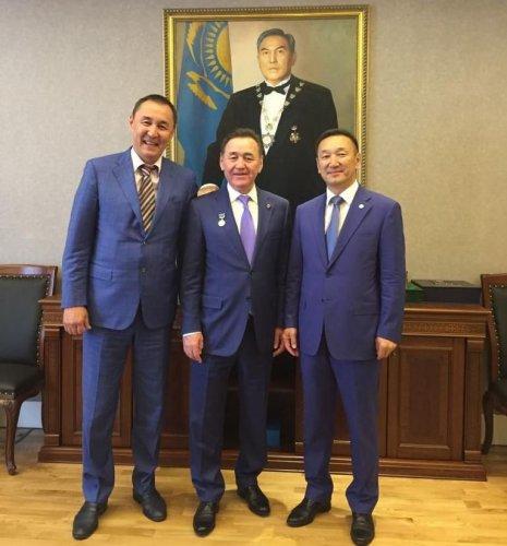 Награда №001: Нурсултан Назарбаев получил новую медаль