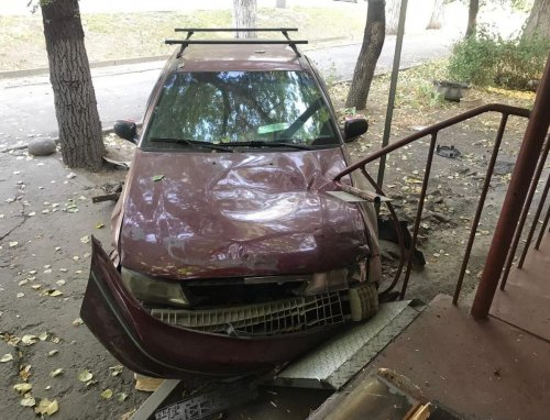 Авто сбило сидевшего на скамейке человека и врезалось в крыльцо офиса в Алматы