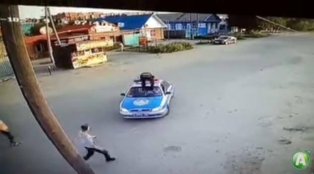 Запрыгнул на патрульный автомобиль. Нападение на полицейских в Костанае попало на видео