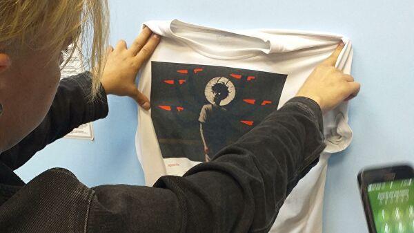 """Православные активисты раздели мужчину из-за """"оскорбительной"""" футболки"""