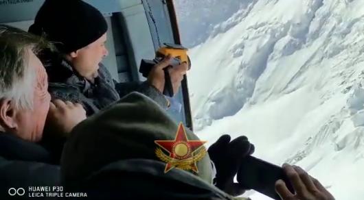 Наши вертолеты не смогут туда долететь - пилот о спасении альпинистов