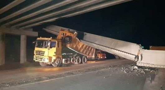 Мост обрушился на грузовик в Павлодарской области