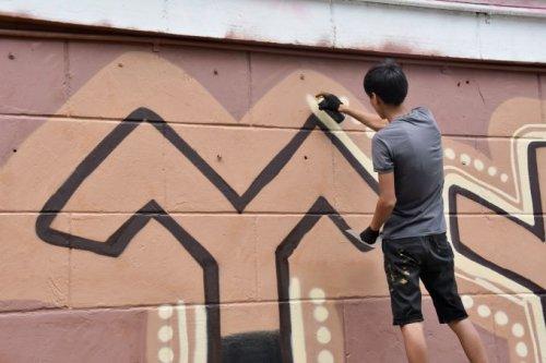 Тенгри охраняет один из домов в Алматы в виде мурала