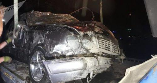 Mercedes влетел в речку и перевернулся в Алматы