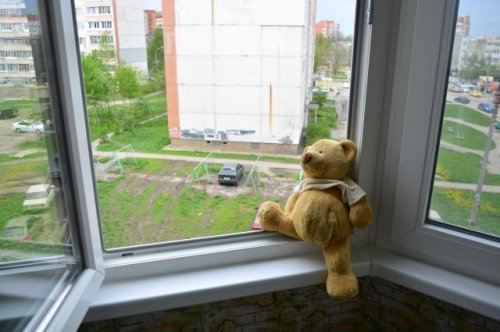 В Павлодаре из окна высотки выпал 4-летний мальчик