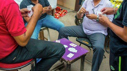В Индии мужчина проиграл жену в покер и позволил ее изнасиловать