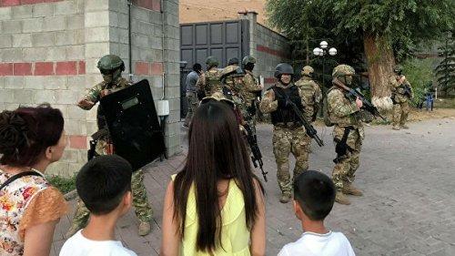 В Киргизии спец-наз штурмует резиденции экс-президента Атамбаева в Кой-Таше. Сторонники Атамбаева строят баррикады