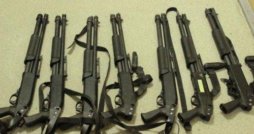 В доме Атамбаева изъяли снайперскую винтовку, пистолеты и другое оружие